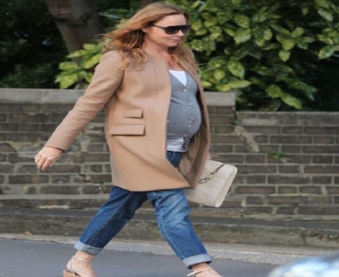 quần jean và áo vest là set đồ cho bà bầu mùa đông