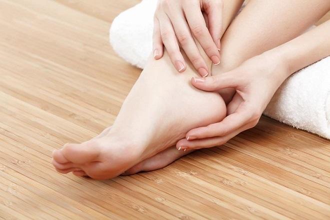 tê chân sau sinh có thể do mẹ giữ ấm chưa đủ