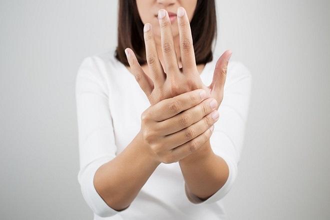 tê ngón tay sau sinh do nhiều nguyên nhân