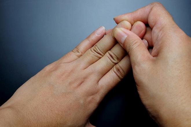 tê ngứa toàn bộ đầu ngón tay của tay trái