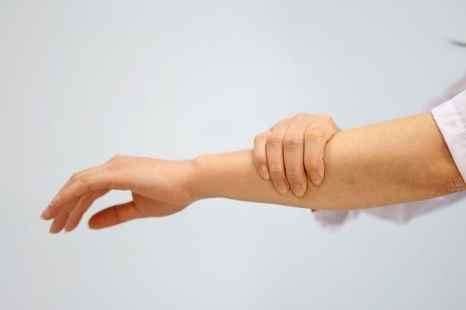 tê tay sau sinh do thiếu canxi chất sắt và vitamin nhóm B