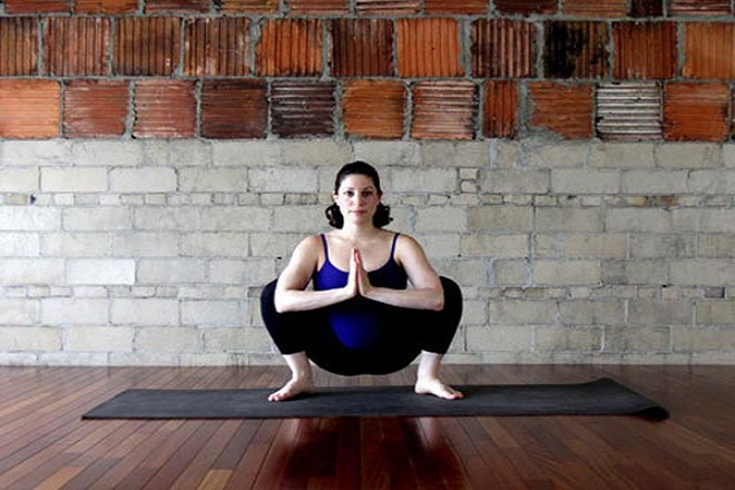 tư thế ngồi xổm là bài tập yoga cho bà bầu 3 tháng cuối