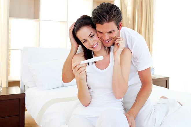 vợ chồng vui mừng vì có thai