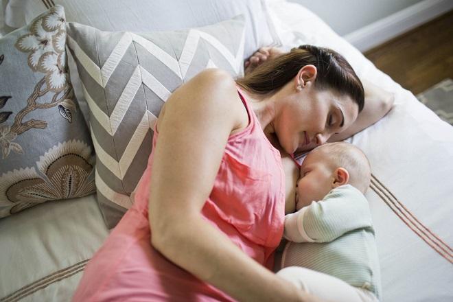 vừa nằm vừa cho bé bú dễ khiến ngực mẹ bị chảy xệ