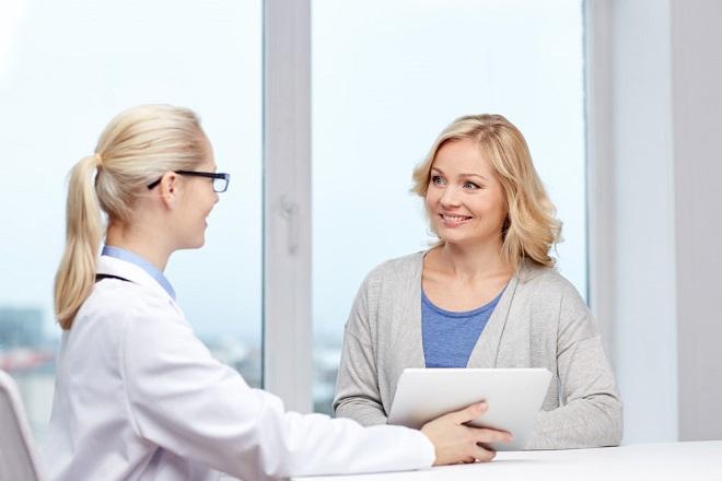 bác sỹ tư vấn cho chị em về phương pháp cấy que tránh thai