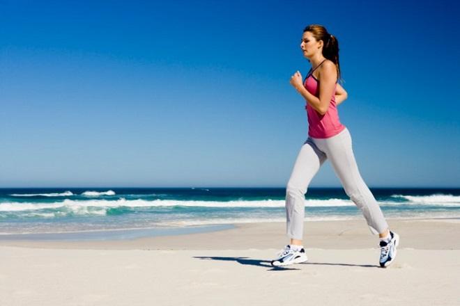 chạy bộ ngoài bờ biển