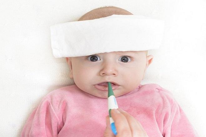 Lau và chườm mát cho trẻ bị sốt