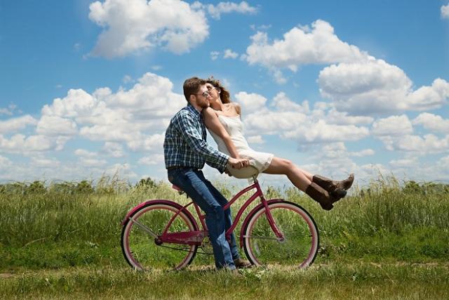 hai người trên chiếc xe đạp