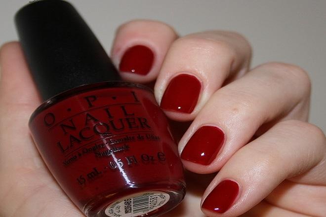Kiểu mẫu nail đơn giản với màu đỏ cổ điển