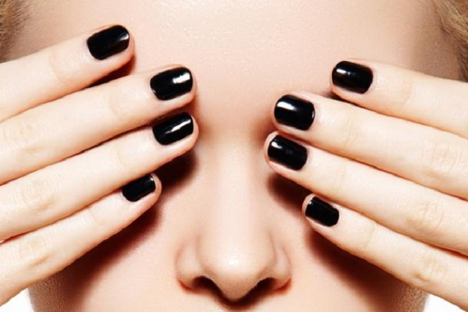 Kiểu nail sơn màu đen thật quyến rũ.