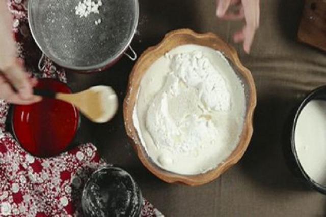 pha bột làm bánh bao
