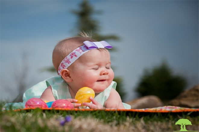 Tắm nắng mỗi sáng sớm có thể hỗ trợ rất tốt cho việc mọc tóc của trẻ