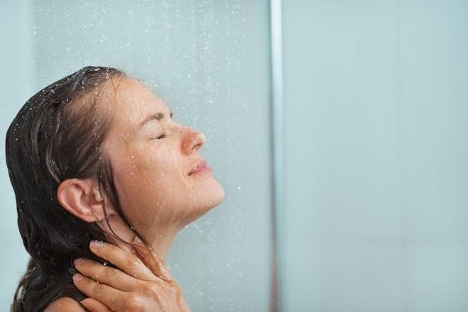 tắm với nước vòi sen