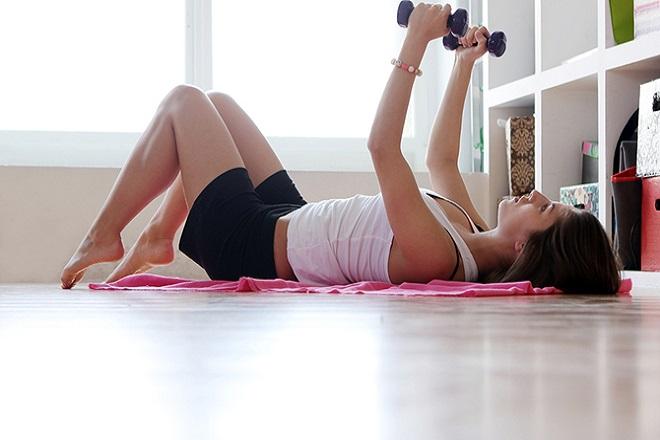 Cách khắc phục ngực chảy xệ sau sinh bằng tập luyện thể dục