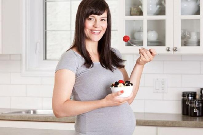 thai phụ tuần thứ 21 ăn hoa quả trộn sữa chua