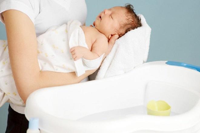 Nên tránh phần rốn khi tắm cho bé sơ sinh