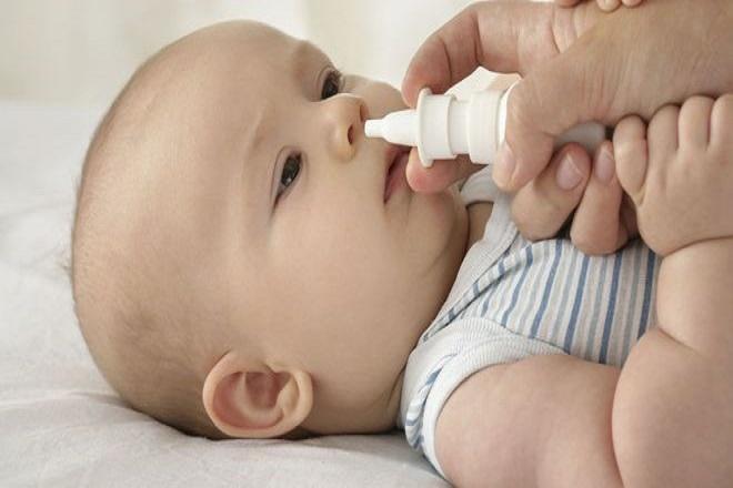 Sử dụng nước muối sinh lý nhỏ 1-2 giọt mỗi bên mũi