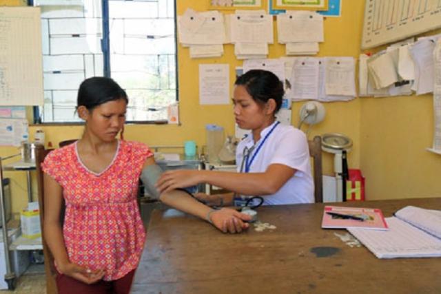 bà bầu khám tại trạm y tế xã trước khi sắp chuyển dạ