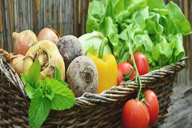 bổ sung chất xơ từ rau củ sẽ tốt cho hệ tiêu hóa của mẹ sau sinh