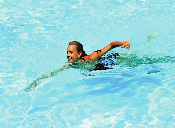 bơi lội giúp hồi phục sau sinh