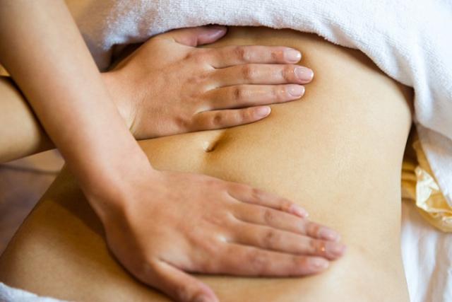 cách giảm đau bụng sau sinh bằng phương pháp massage