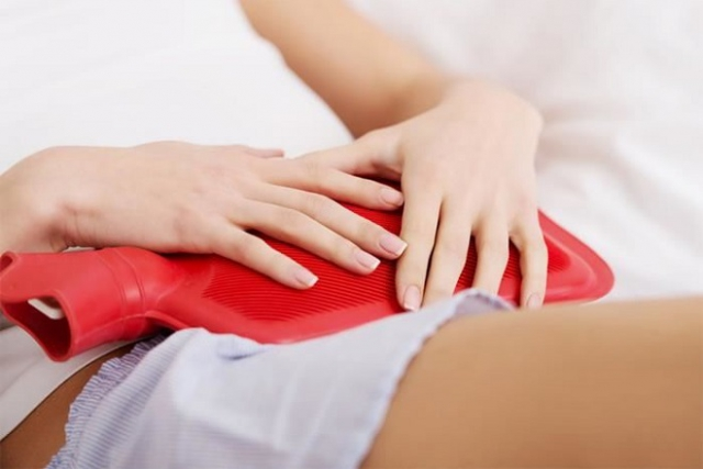 cách giảm đau bụng sau sinh bằng việc chườm túi nóng lên bụng