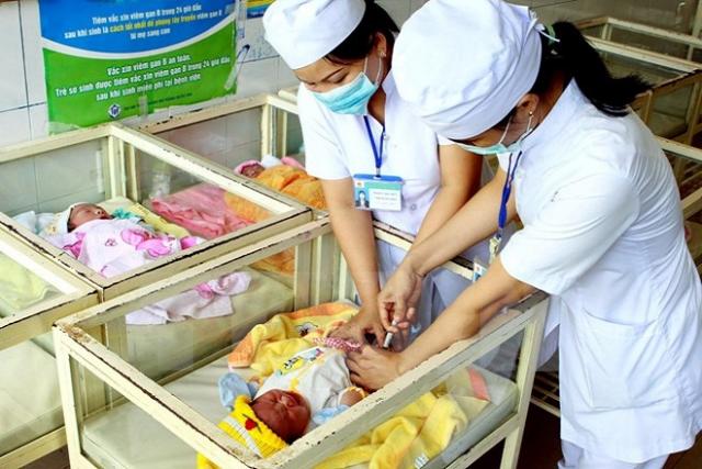 cần khám sàng lọc trước khi tiêm viêm gan b cho trẻ sơ sinh