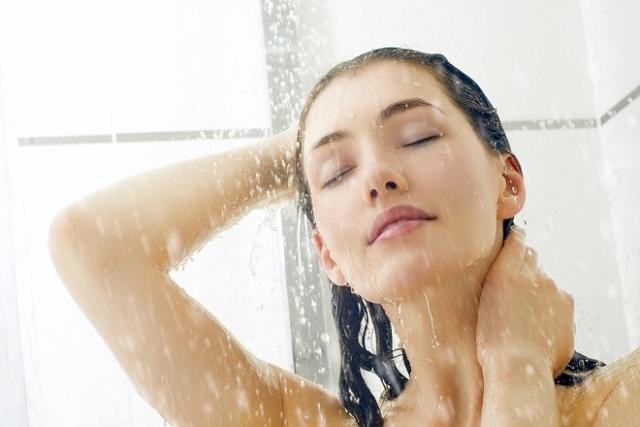 chị em nên tắm gội sau sinh bằng nước ấm thật nhanh để tránh bị cảm lạnh