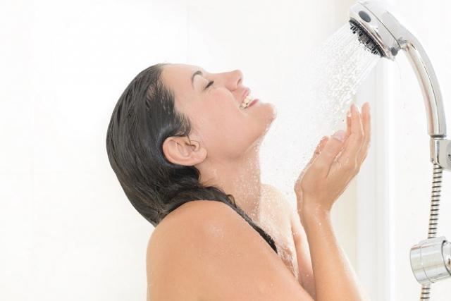 chị em nên tắm gội sau sinh nhanh chóng bằng nước ấm để tránh nhiễm lạnh