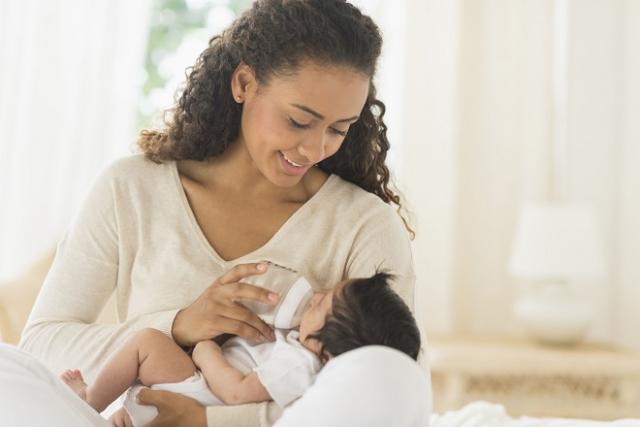 cho bé bú sữa công thức sẽ khiến trẻ lười bú mẹ hơn