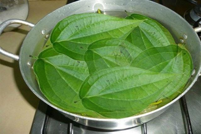 đun sôi nồi nước chứa lá trầu không dùng để xông hơi