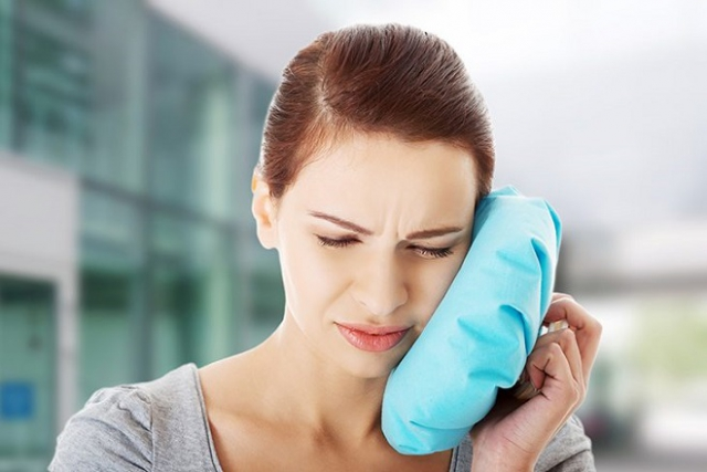 dùng đá lạnh chườm vào phần má chỗ bị ê buốt răng là cách chữa trị tại nhà khá hiệu quả