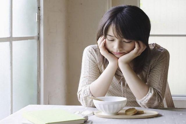hiện tượng dính ruột khiến mẹ bị chán ăn sau sinh