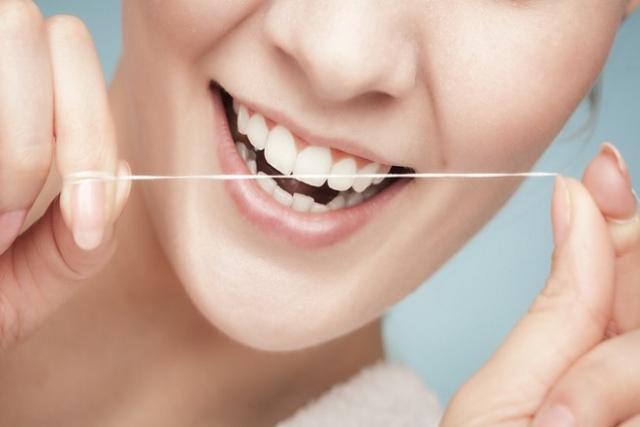 mẹ có thể dùng chỉ khoa để loại bỏ mảng bám trên răng tốt hơn