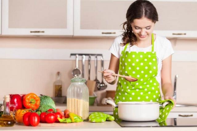 mẹ nên ăn thức ăn đã nấu chín để bảo vệ đường tiêu hóa tốt nhất