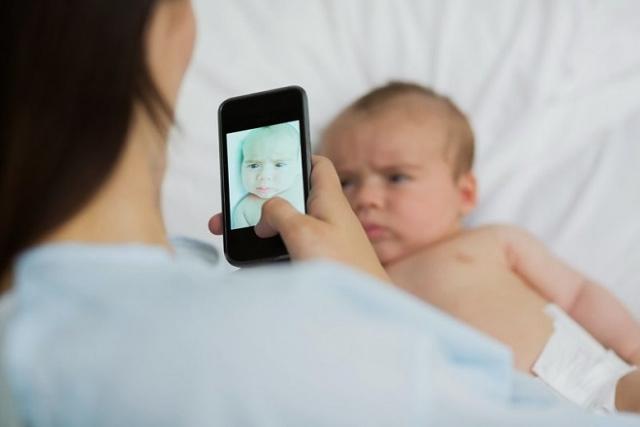 mẹ sau sinh sử dụng điện thoại con chậm phát triển