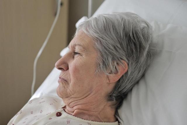 người già nằm trên giường bệnh