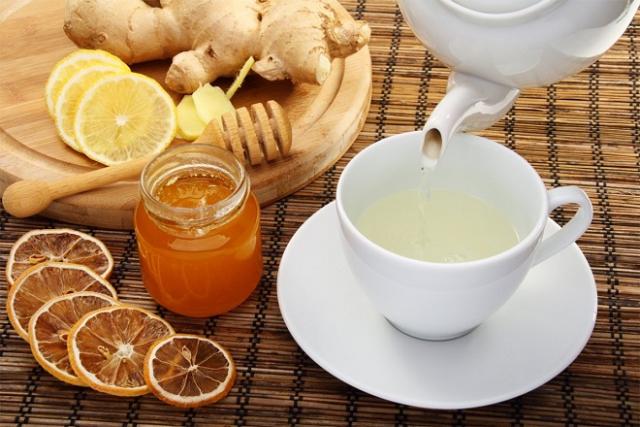 nước ấm và mật ong giúp giảm cân sau sinh
