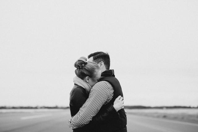 ôm nhau