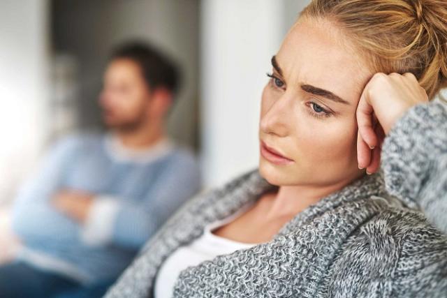 phụ nữ lo lắng về vấn đề viêm lộ tuyến