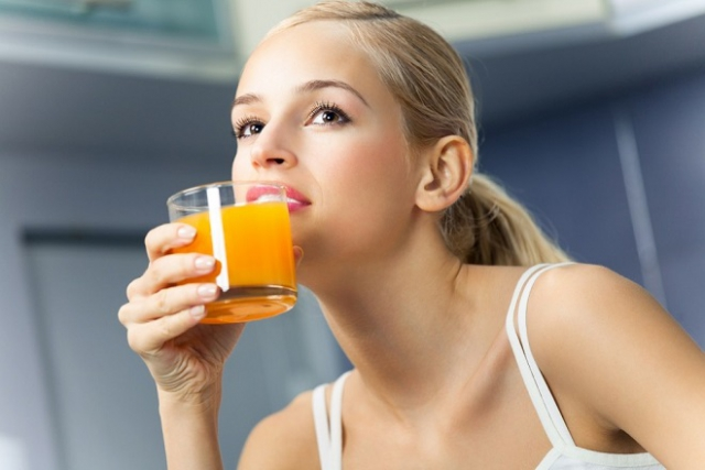 sau sinh có nên ăn cam uống nước cam không