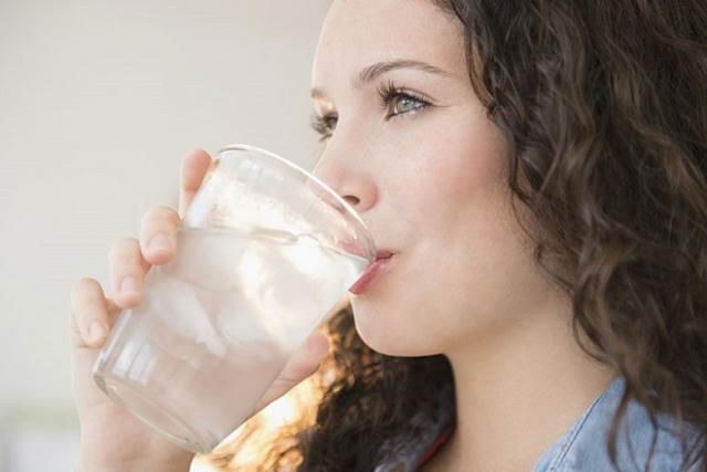 sau sinh uống nước lạnh không tốt cho sức khỏe