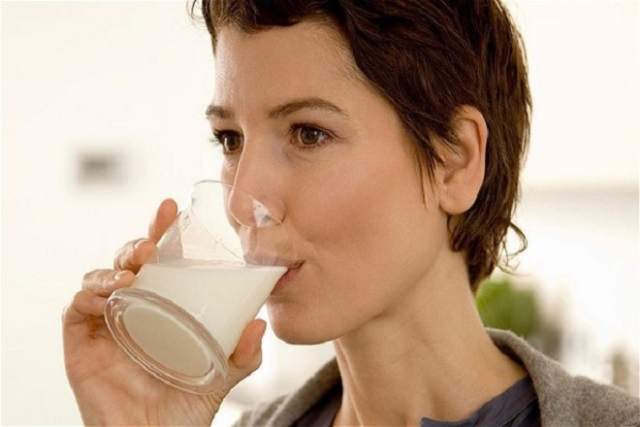sau sinh uống sữa tươi được không và uống sữa tươi cung cấp chất sắt cho cơ thể