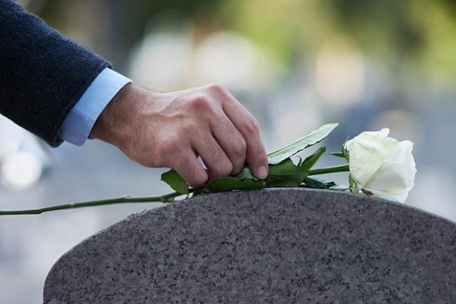 đặt hoa hồng trên mộ