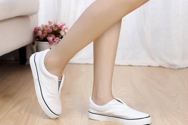 bà bầu mang giày trắng