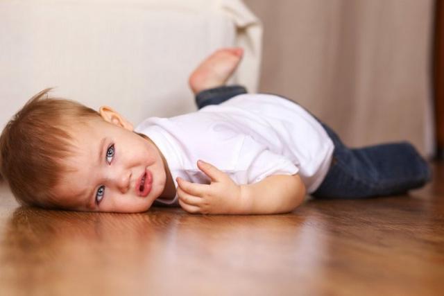 bé bị ngã trên sàn nhà