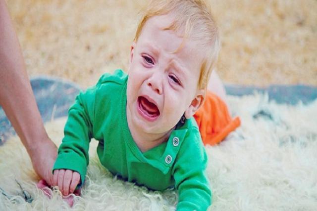 bé khóc vì bị ngã