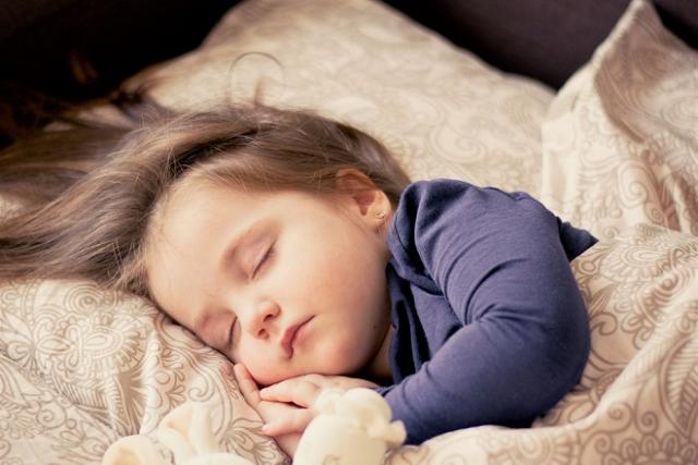 bé ngủ say sau khi té ngã