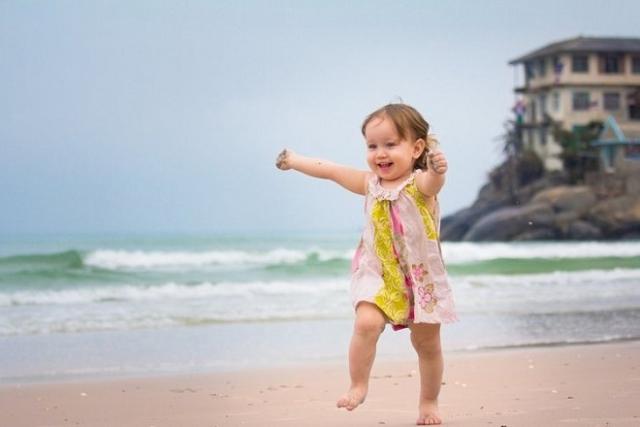 bé tập đi trên bãi biển