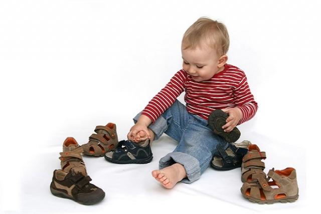 bé trai đeo thử giày